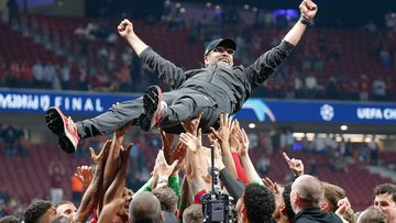 Image shows the rejoicing of head coach Jürgen Klopp (Liverpool) with his players.